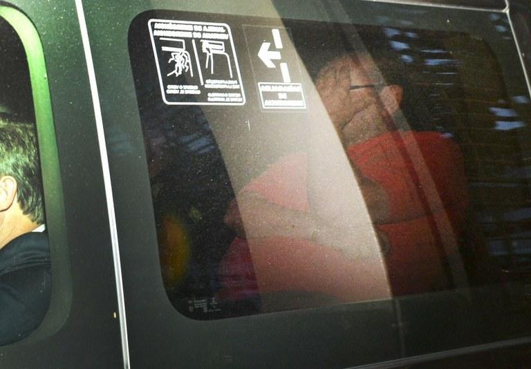 Zwi Skornicki, preso na 23ª fase da Lava Jato, é conduzido em viatura da Polícia Federal, em Curitiba